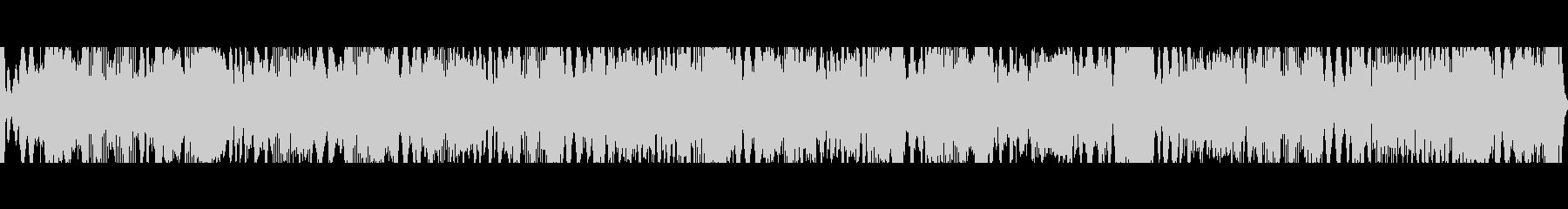 絶え間ないクリック音を伴う深共鳴音とハムの未再生の波形