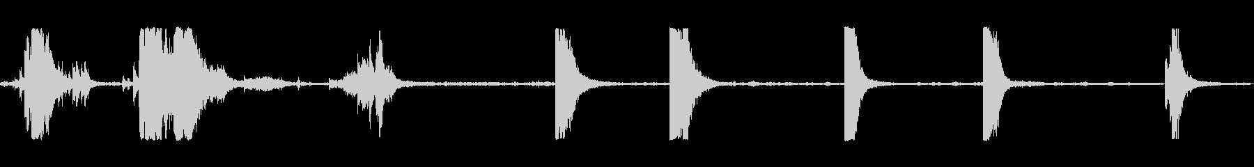 空のゴロゴロと転がる金属ドラムの未再生の波形
