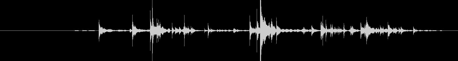カラーン(グラスに氷を複数入れる音)の未再生の波形