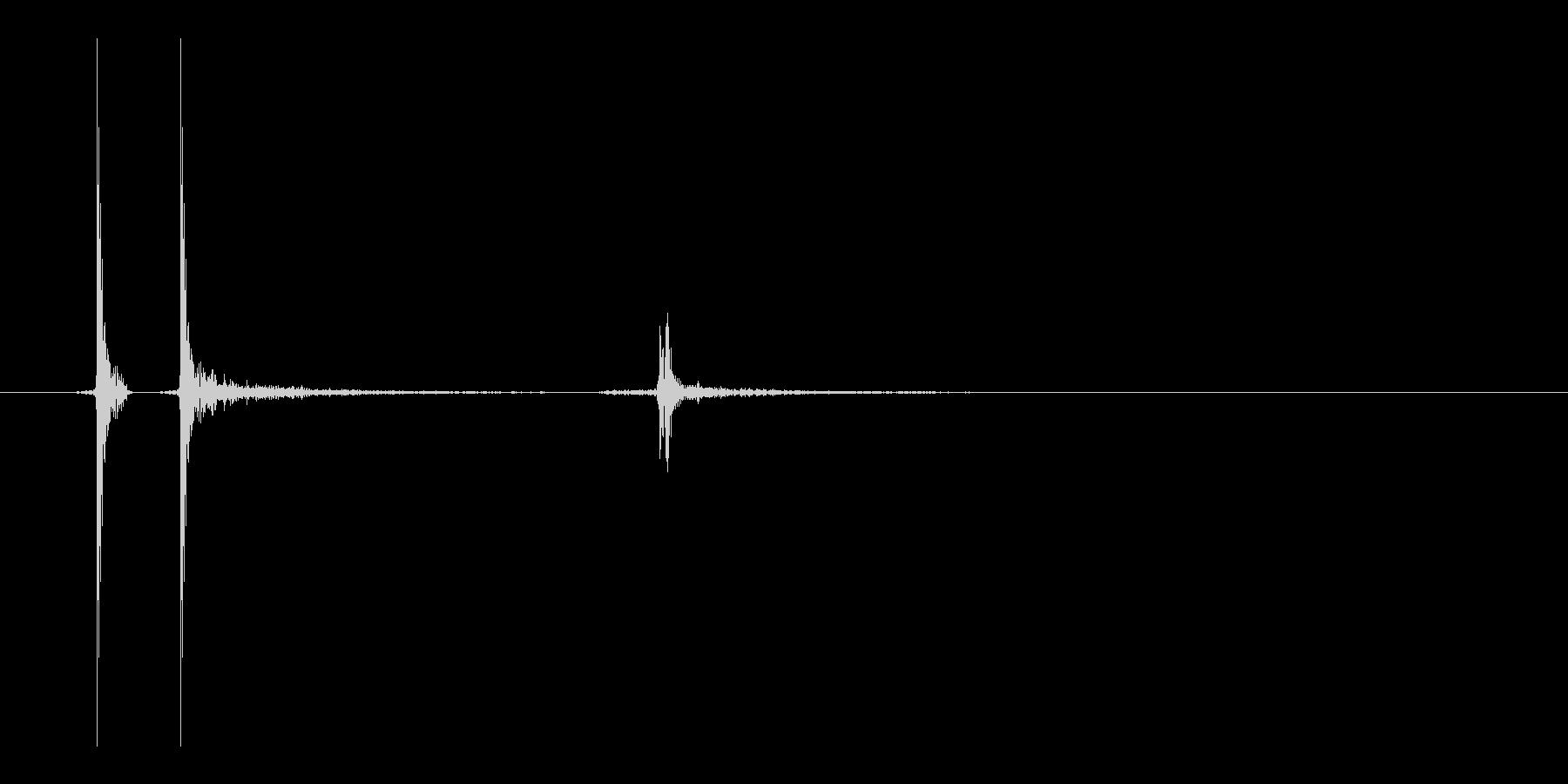 スイッチの音。「カチッ」の未再生の波形