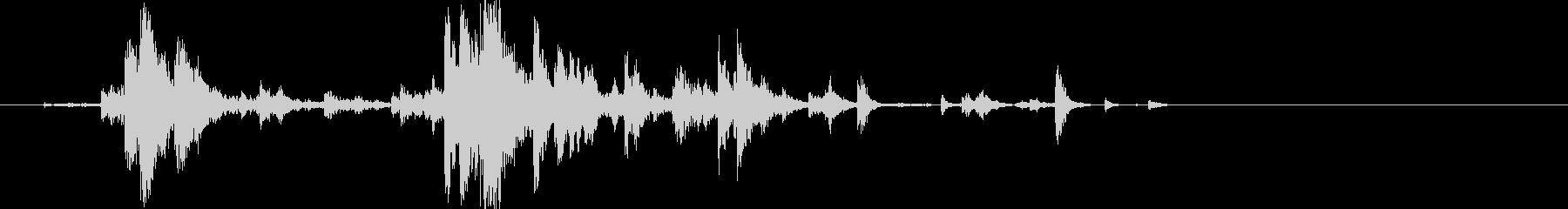 ガチャチュ(カトラリーを集めて握る音)の未再生の波形