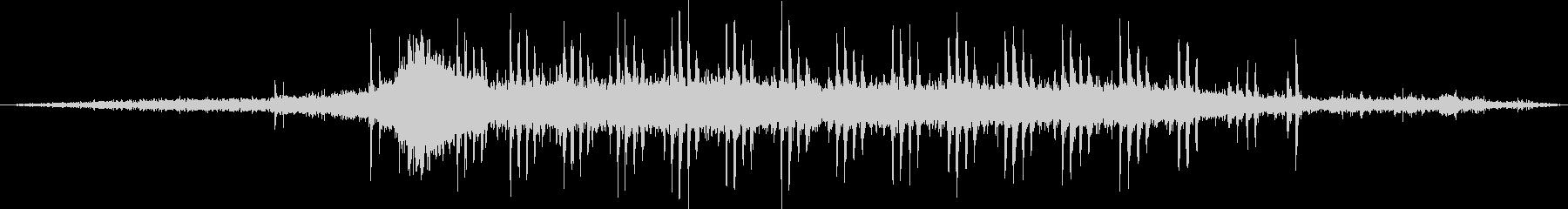 ディーゼル機関車牽引の貨物列車の通過音の未再生の波形