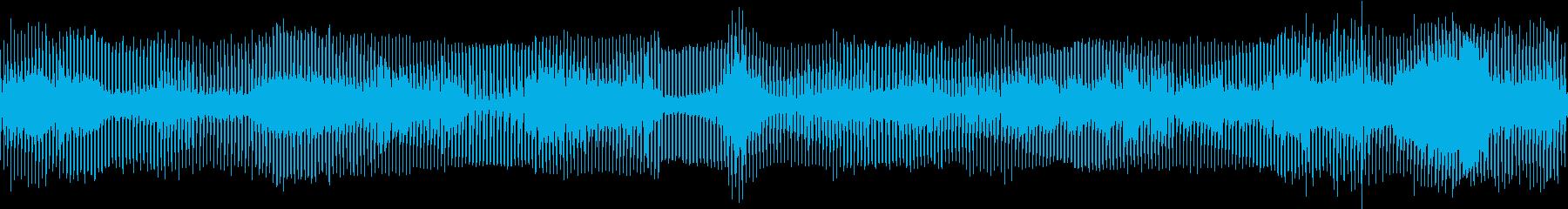 4つ打ちリズムメインの混沌とした曲の再生済みの波形