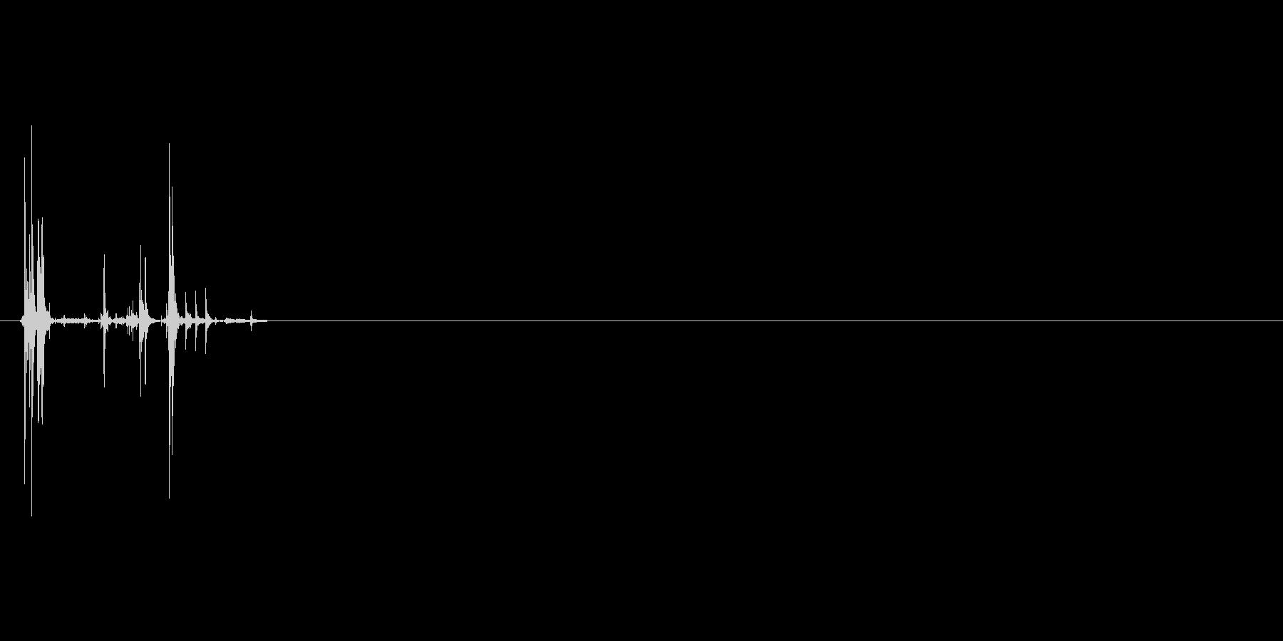 カリッ(お菓子を噛んだときの音)の未再生の波形