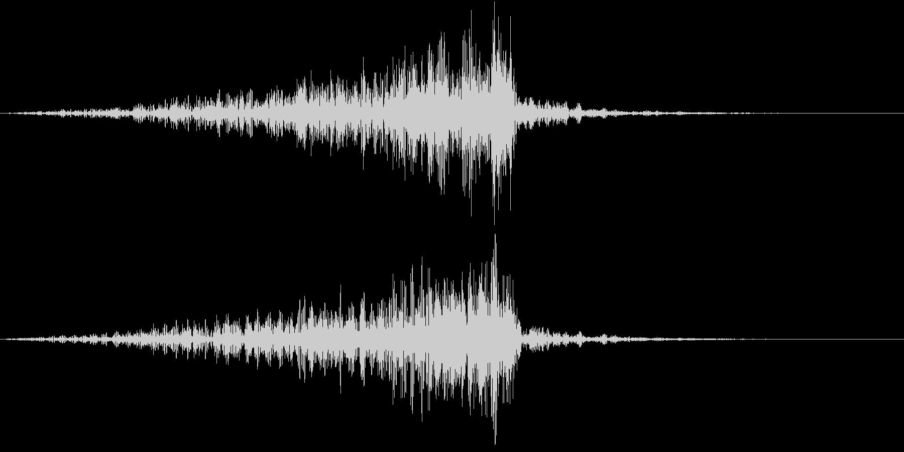 広がりゆくうねり音の未再生の波形