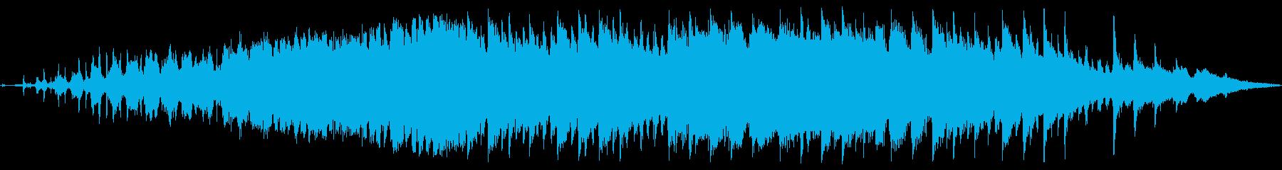 浮遊間のあるシンセとパワフルなドラムの曲の再生済みの波形
