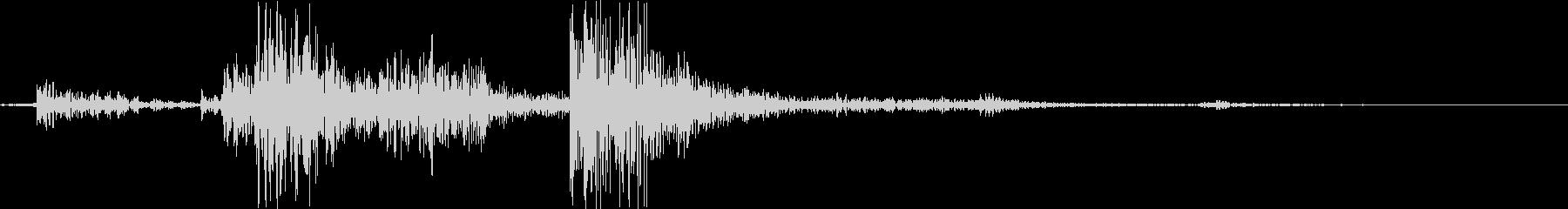 カチャン(お皿の束を置く音)机柔Bの未再生の波形