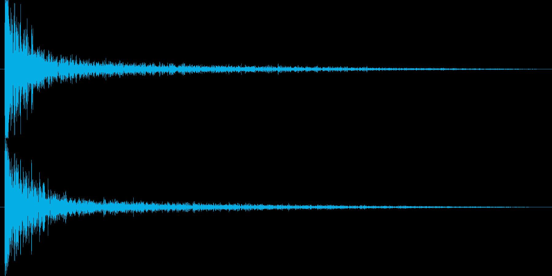 衝突音の後に破片のような余韻の再生済みの波形
