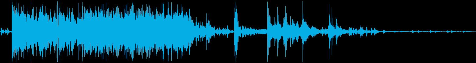 多めの硬貨を机に落とす音の再生済みの波形