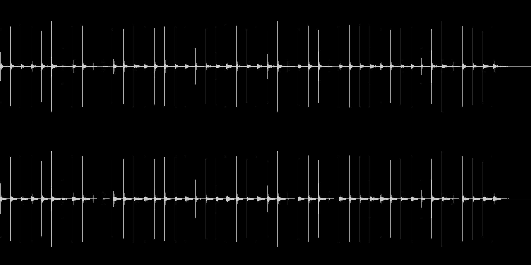 反響音のある、ハイヒールでゆっくり歩く音の未再生の波形