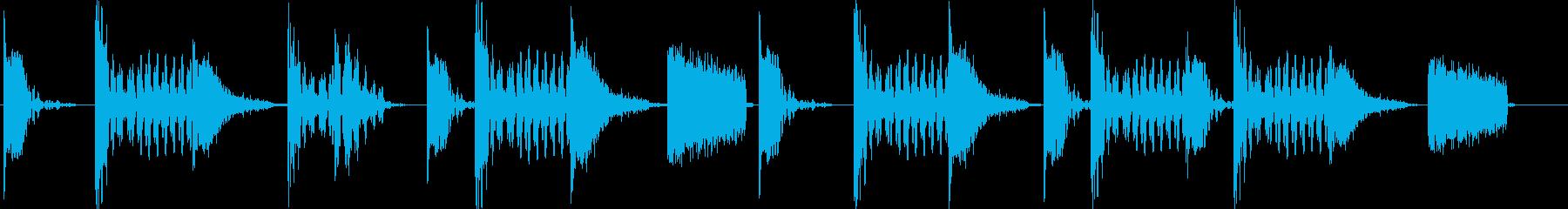 シンプルなドラムとベースのジングルの再生済みの波形