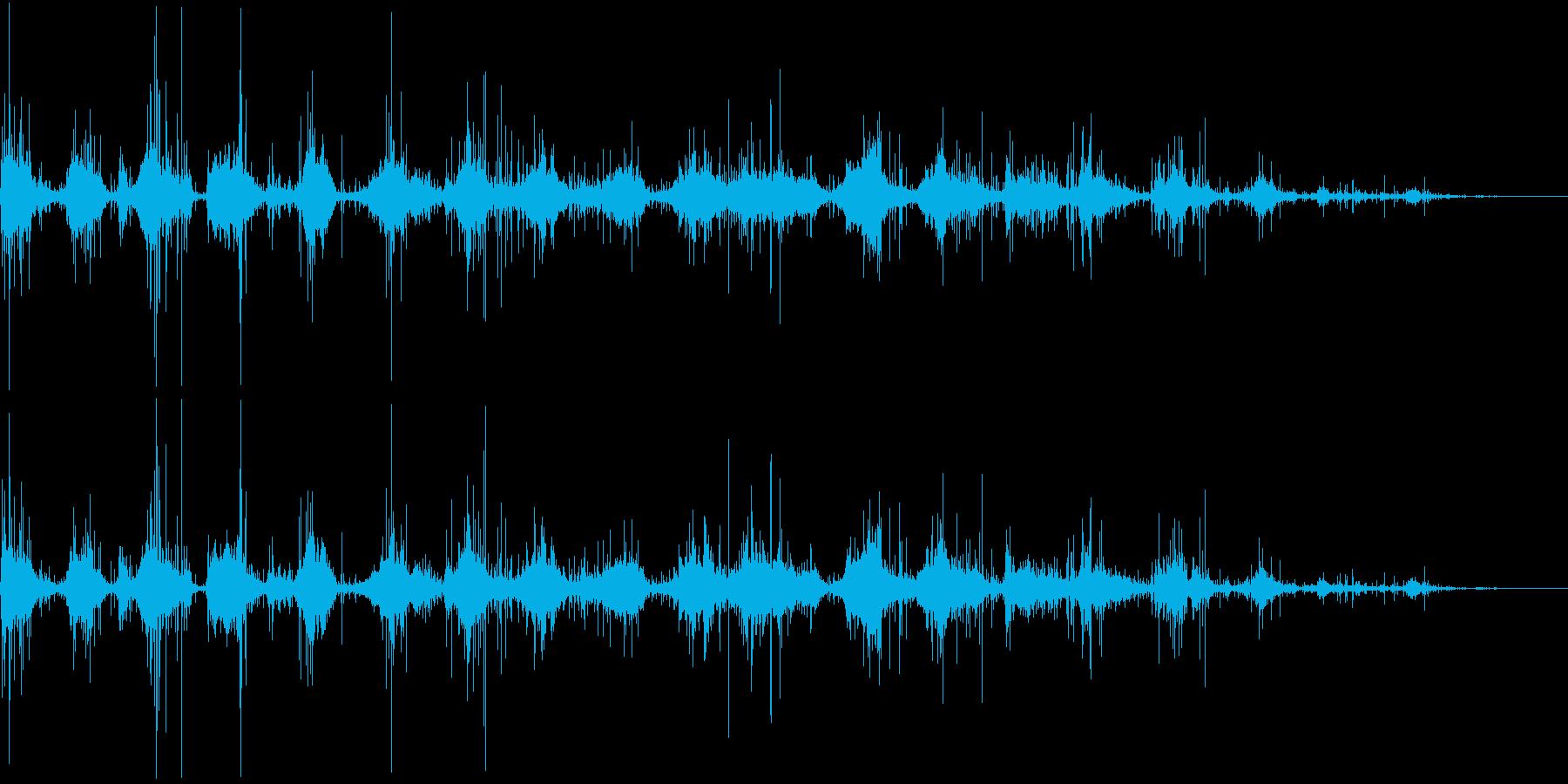ミシミシ…藁の上を歩く足音の再生済みの波形
