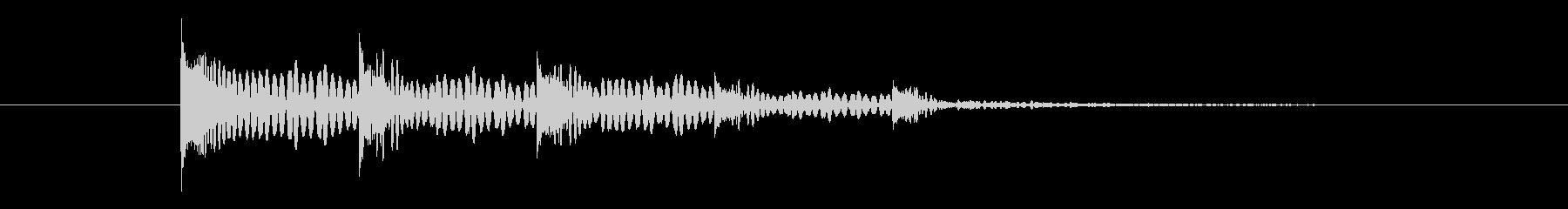 ドンドンと左右に残響が広がる音の未再生の波形