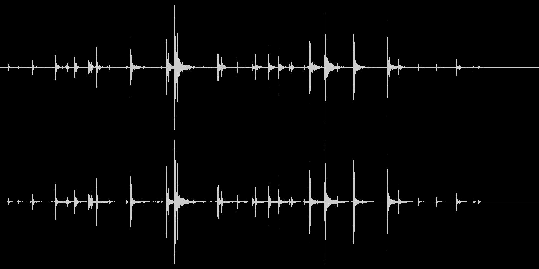皿 (細かく当たってる風)カチャチャッ…の未再生の波形