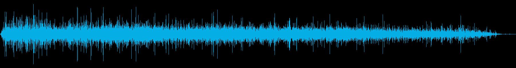 パイプを通る水または液体の排出の再生済みの波形