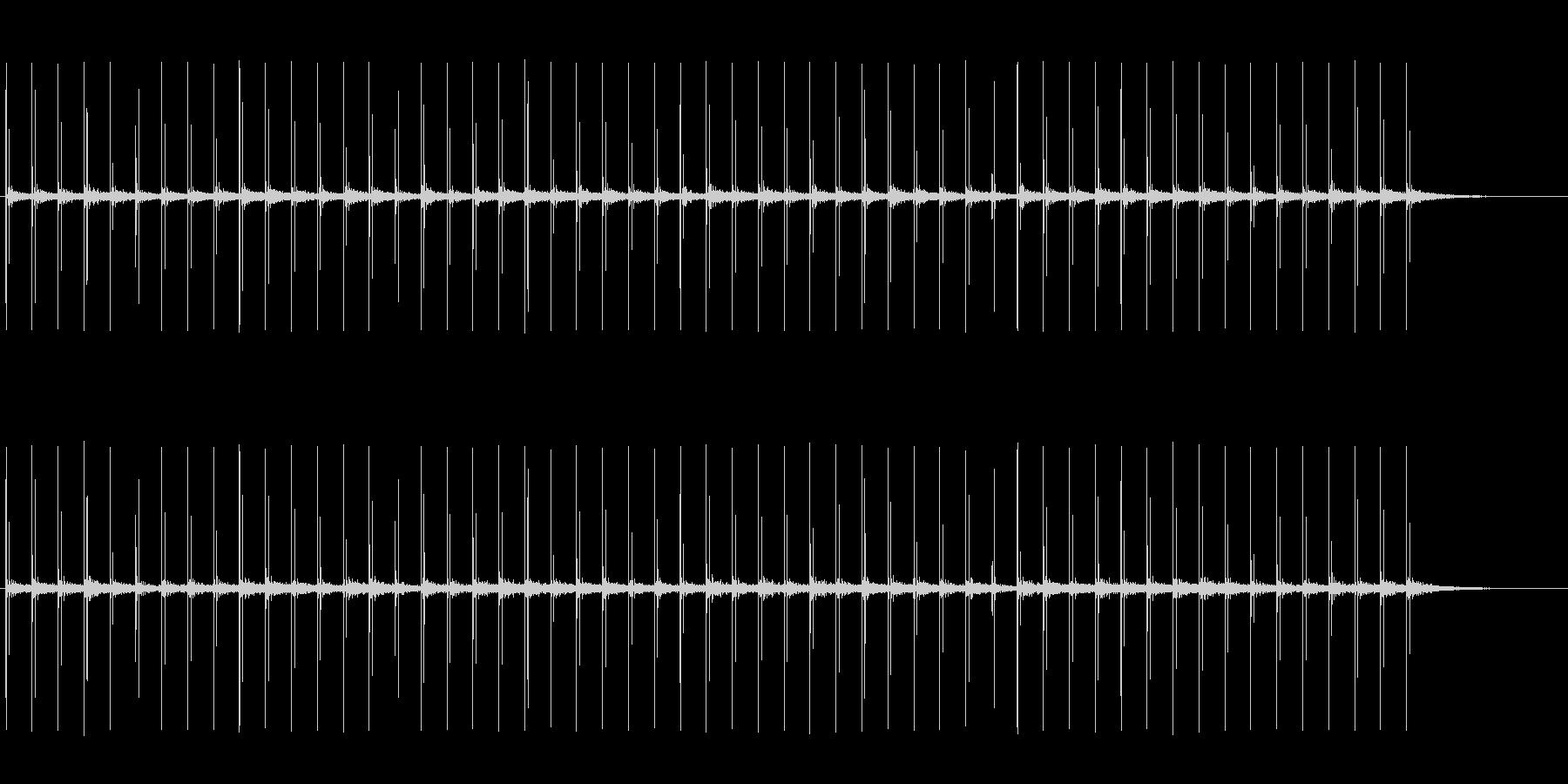 反響音のある、革靴で歩く音の未再生の波形