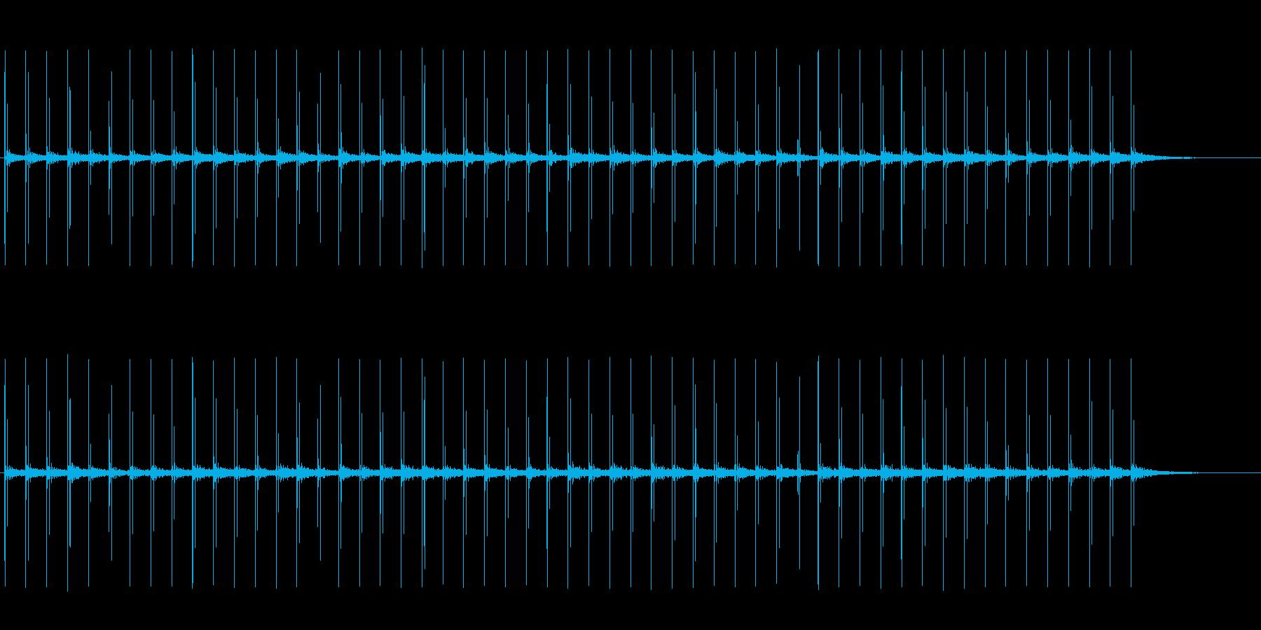 反響音のある、革靴で歩く音の再生済みの波形