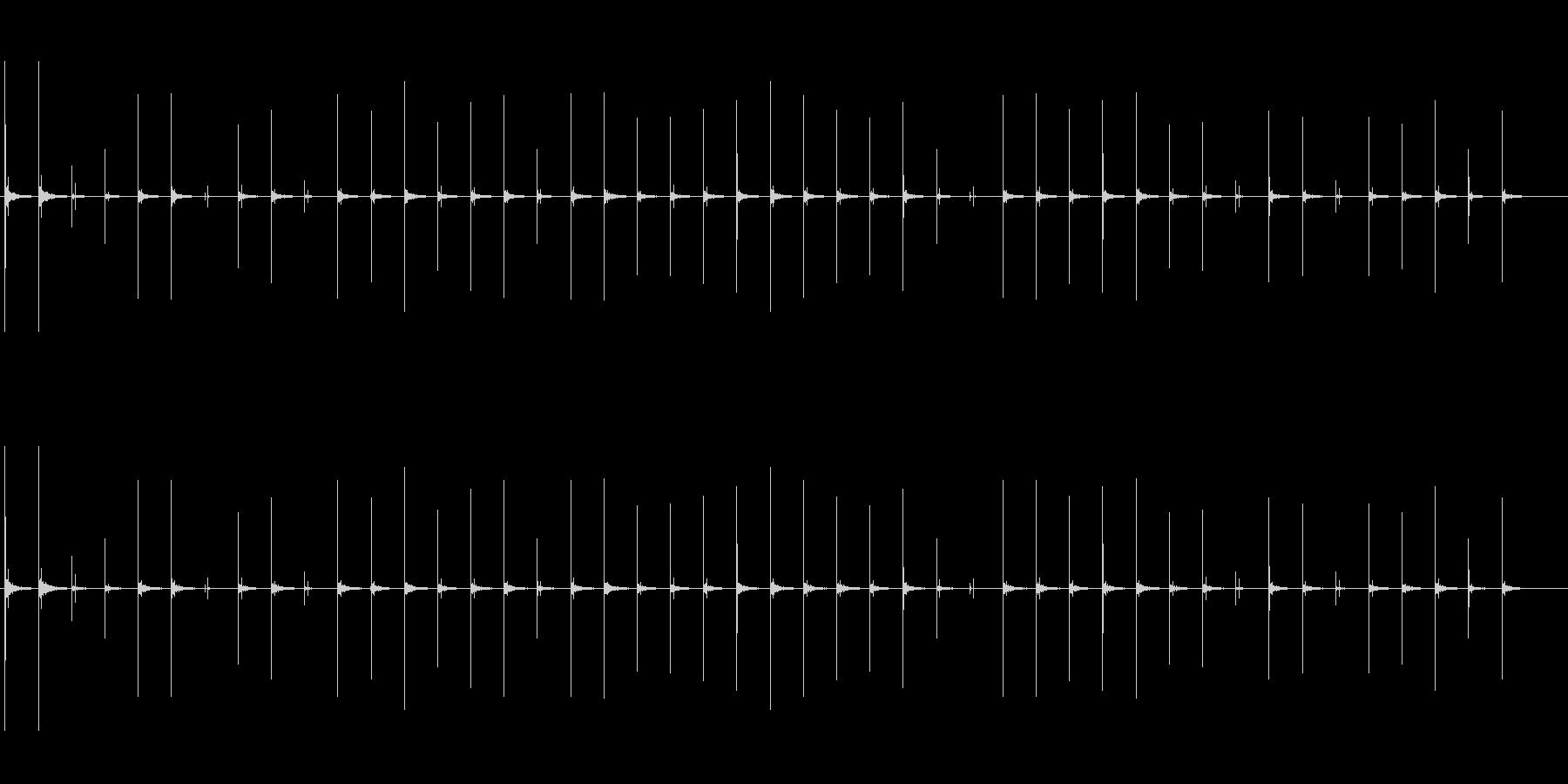 反響音のある、ハイヒールで恐る恐る歩く音の未再生の波形