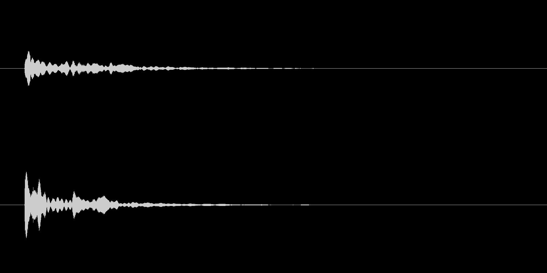 「カラーン」と響くひんやりとした鐘の音の未再生の波形