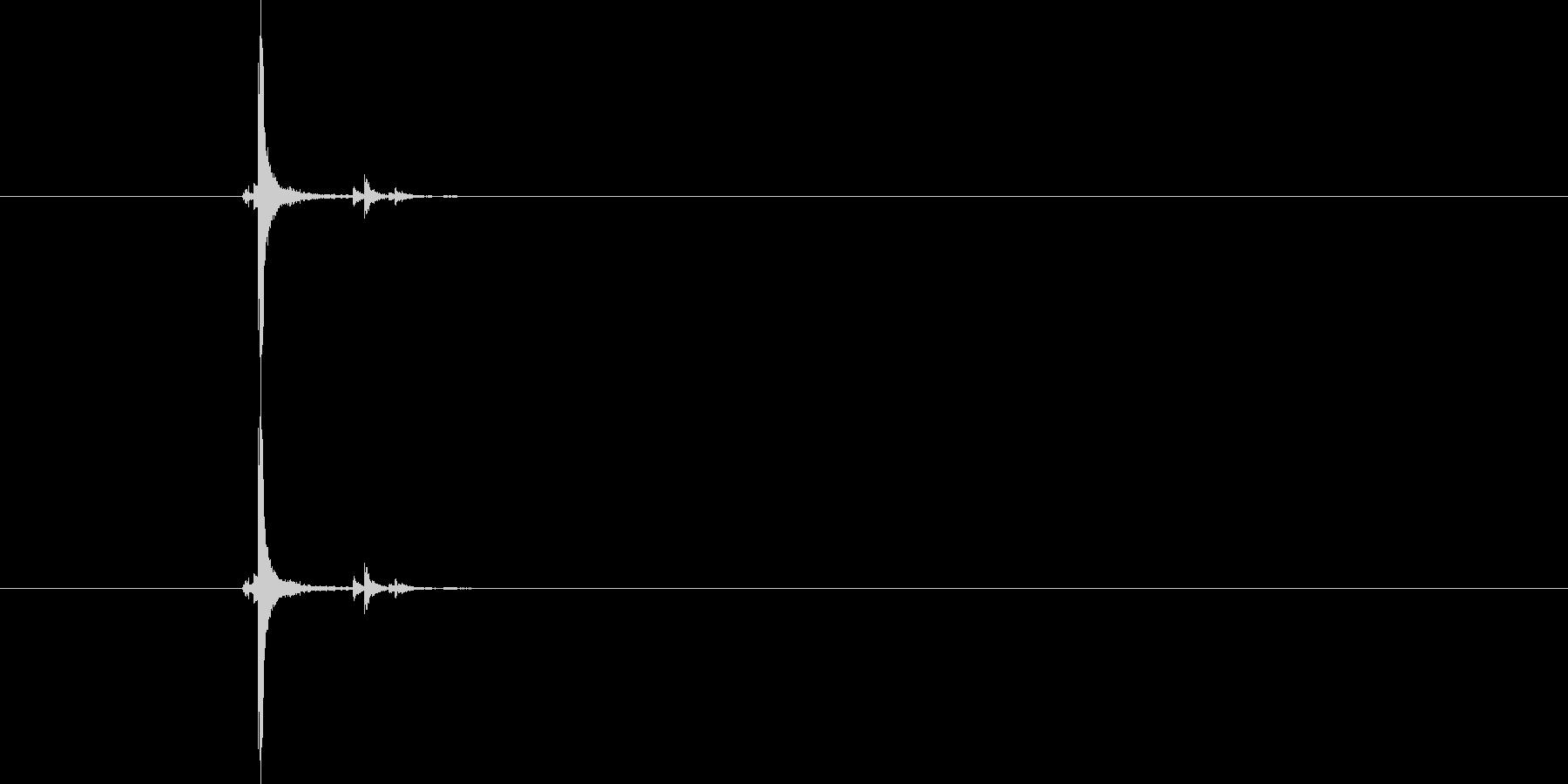 カシャッと勢いのある金属音の未再生の波形
