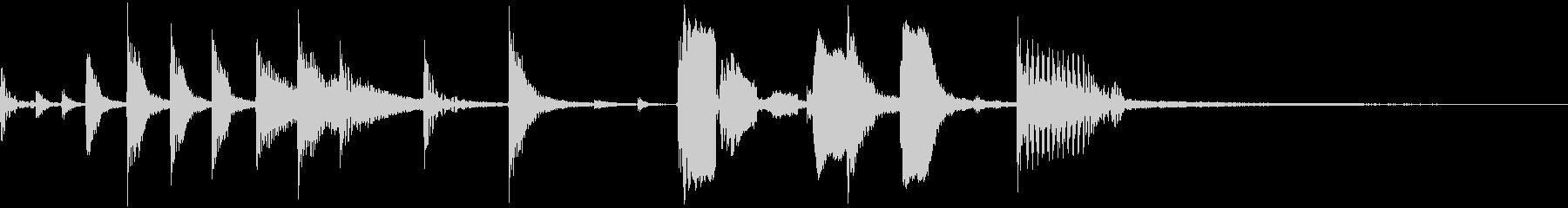 ドラムとトランペットのシンプルジングルの未再生の波形