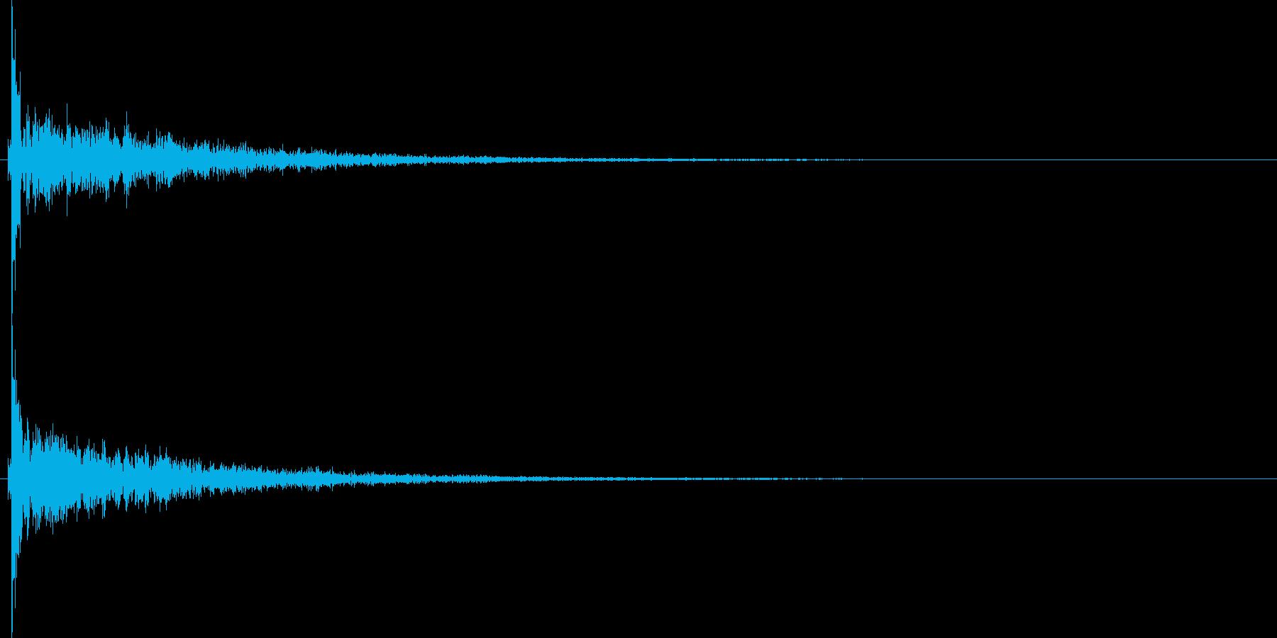 どーん、という残響長めの衝撃音です。の再生済みの波形