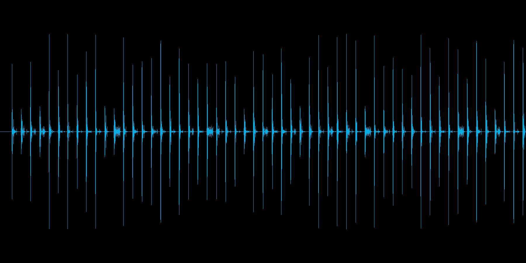 スニーカーで砂利道を歩く音の再生済みの波形