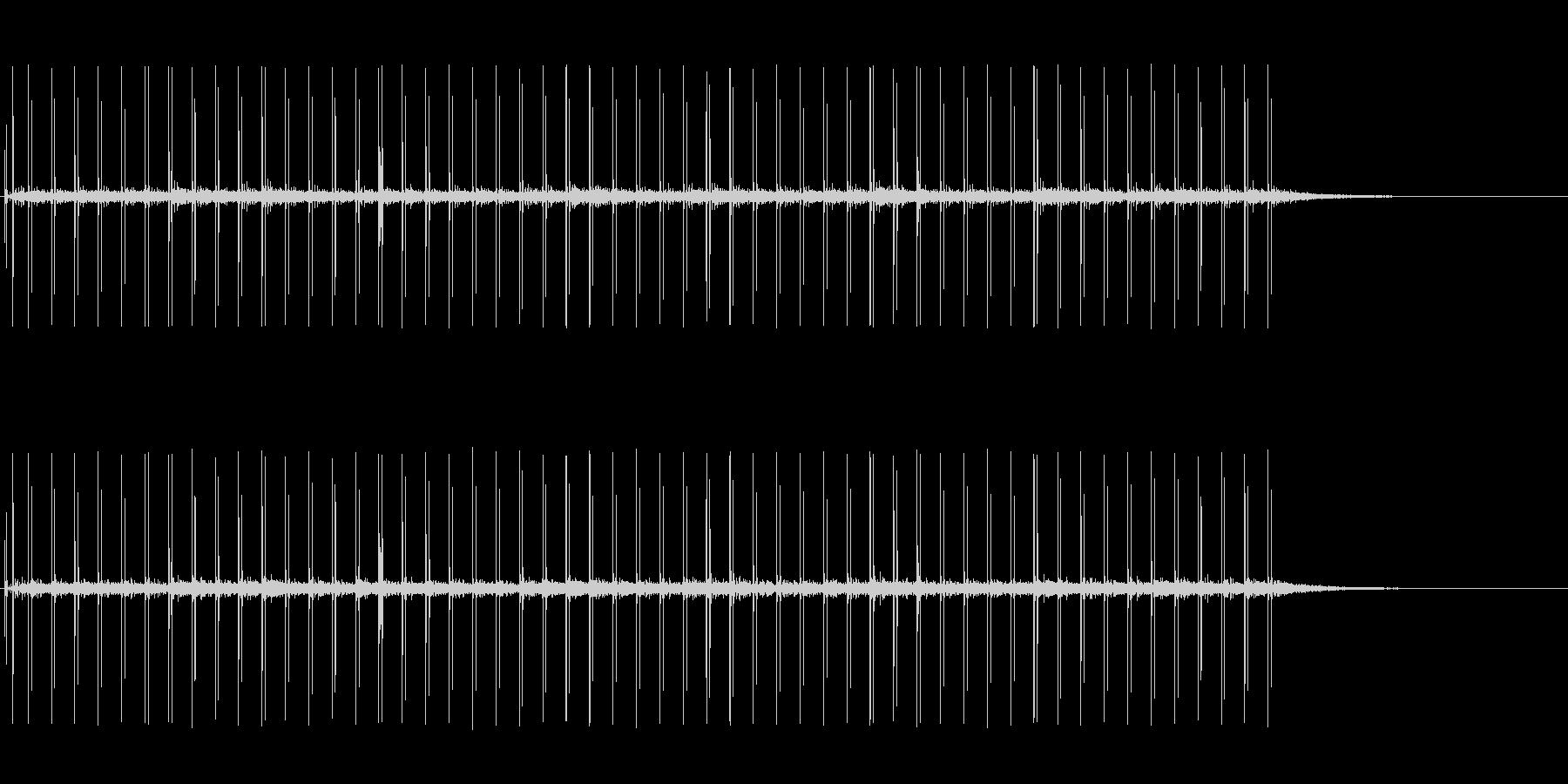 反響音のある、革靴で走る音の未再生の波形
