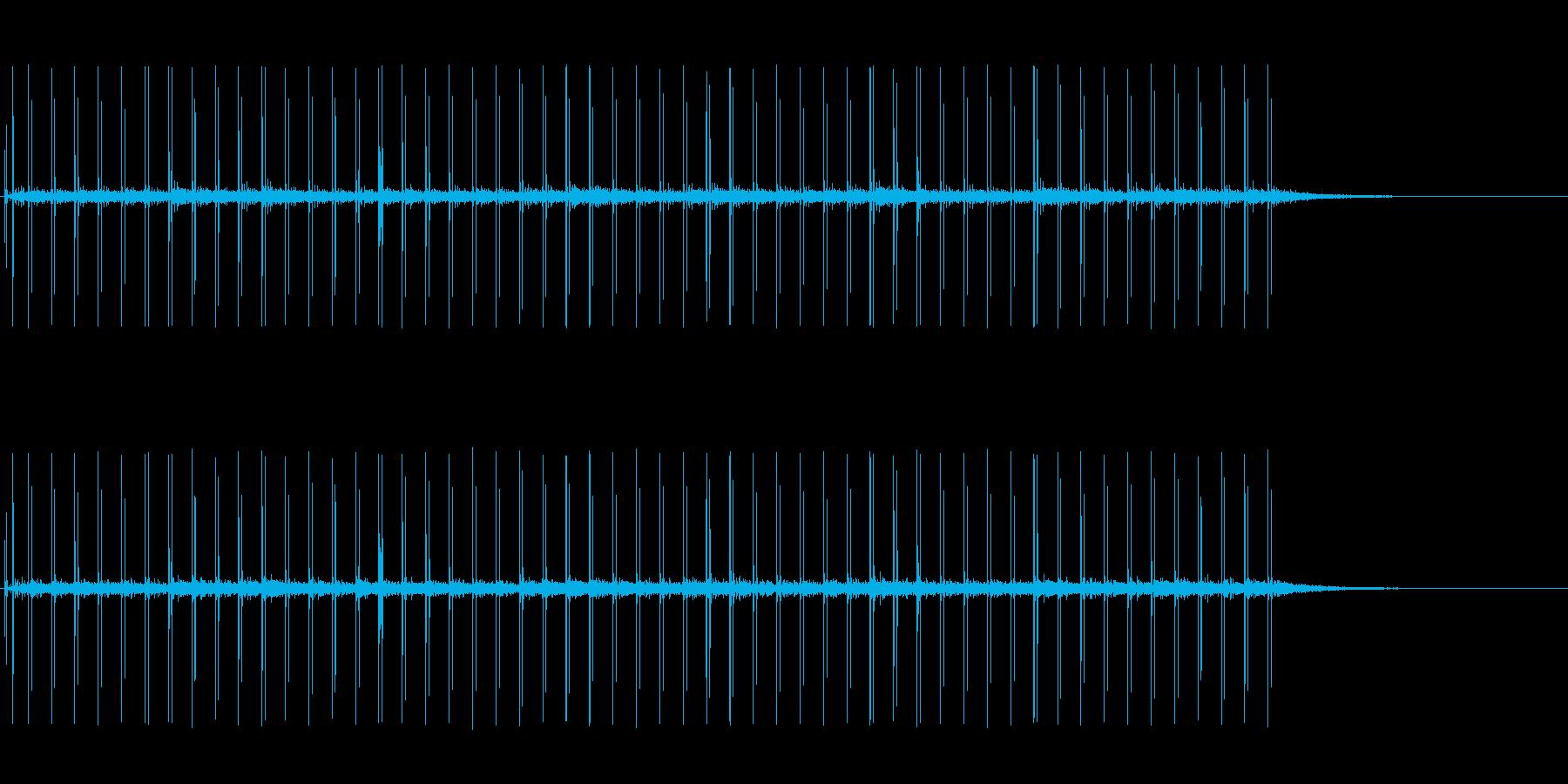 反響音のある、革靴で走る音の再生済みの波形