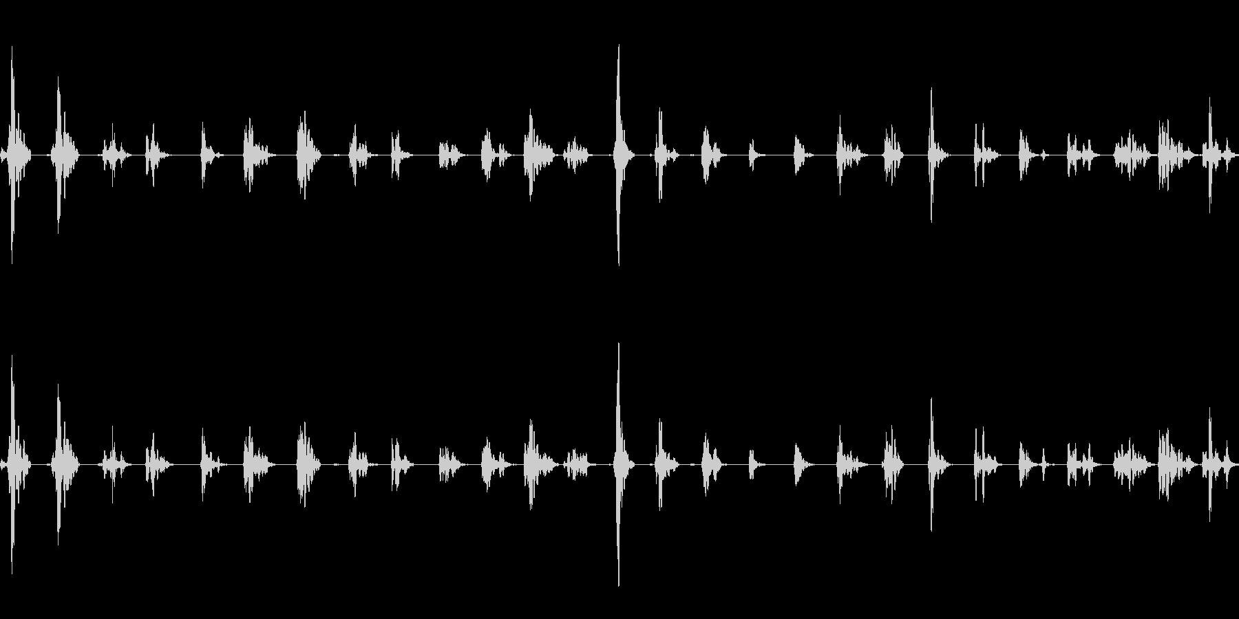 じゅうたんの上を歩く足音の未再生の波形