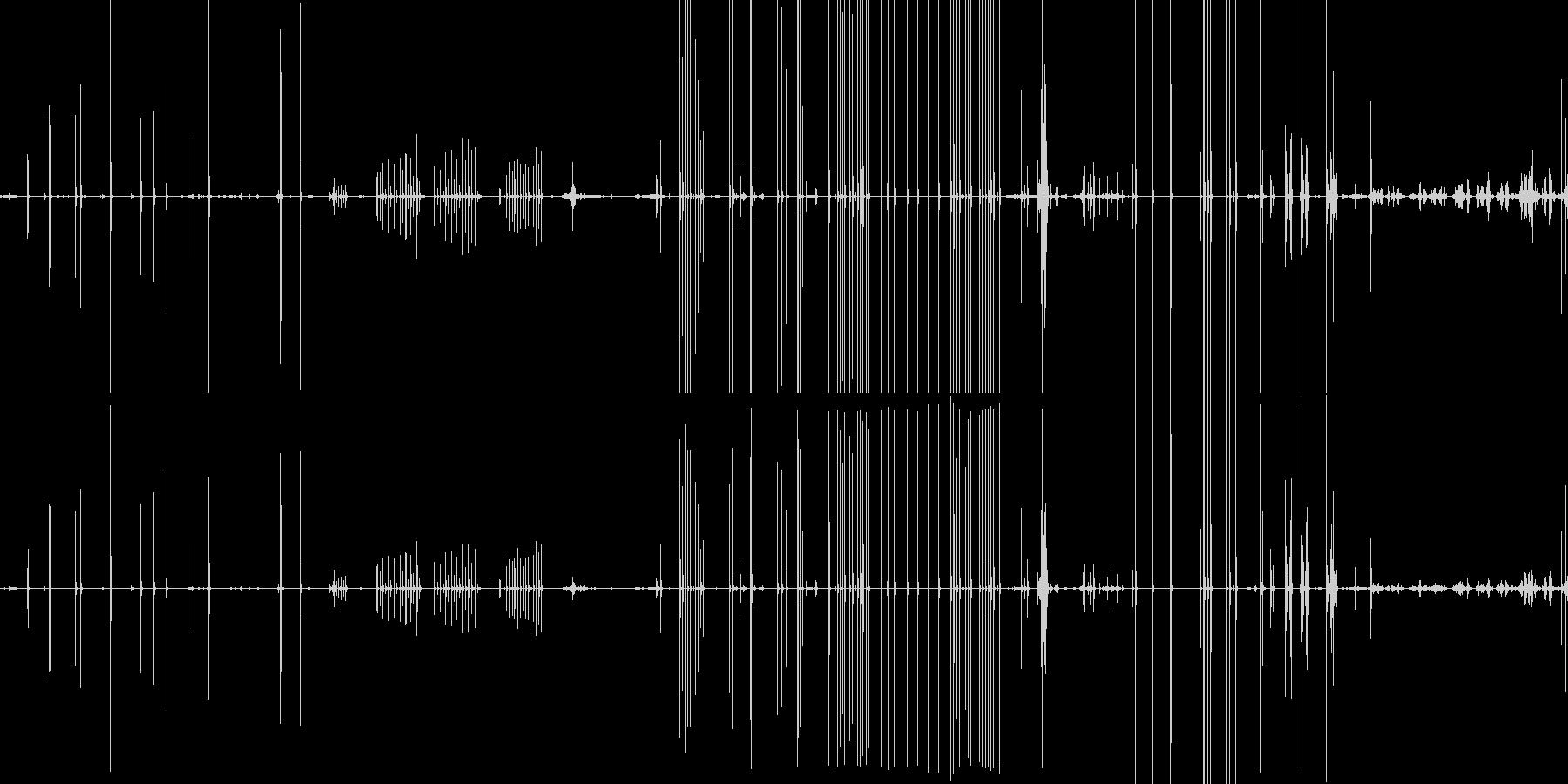 木製の机やスプーンを触る音の未再生の波形