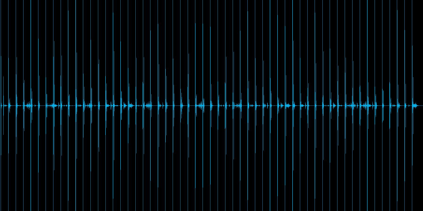 スニーカーで木製の床の上を走る音の再生済みの波形