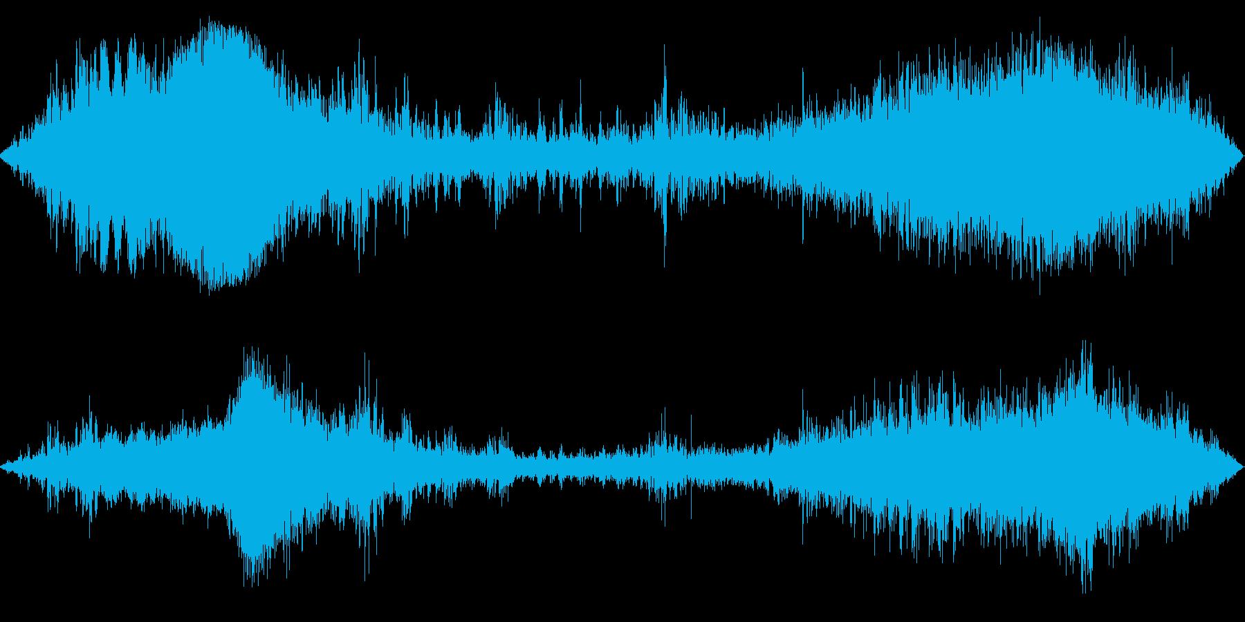 雨クルマ通過(激しい雨の中の風景)の再生済みの波形