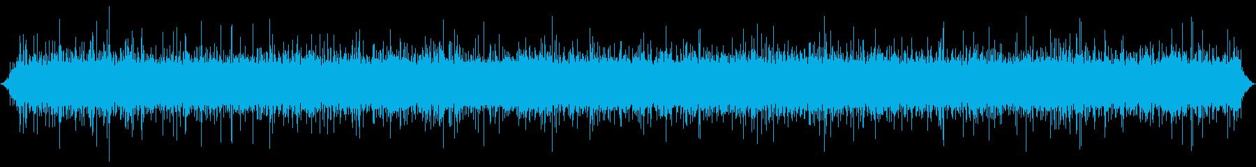 小川または小川:中程度の流れ、はねかけるの再生済みの波形