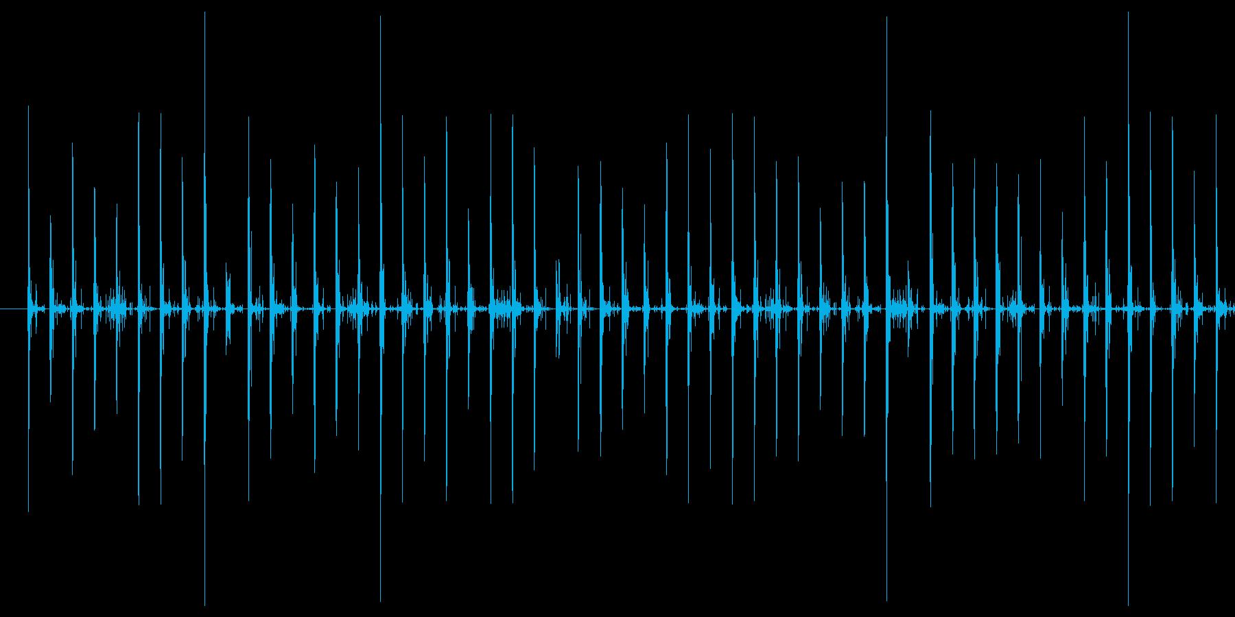 スニーカーで砂利道を走る音の再生済みの波形