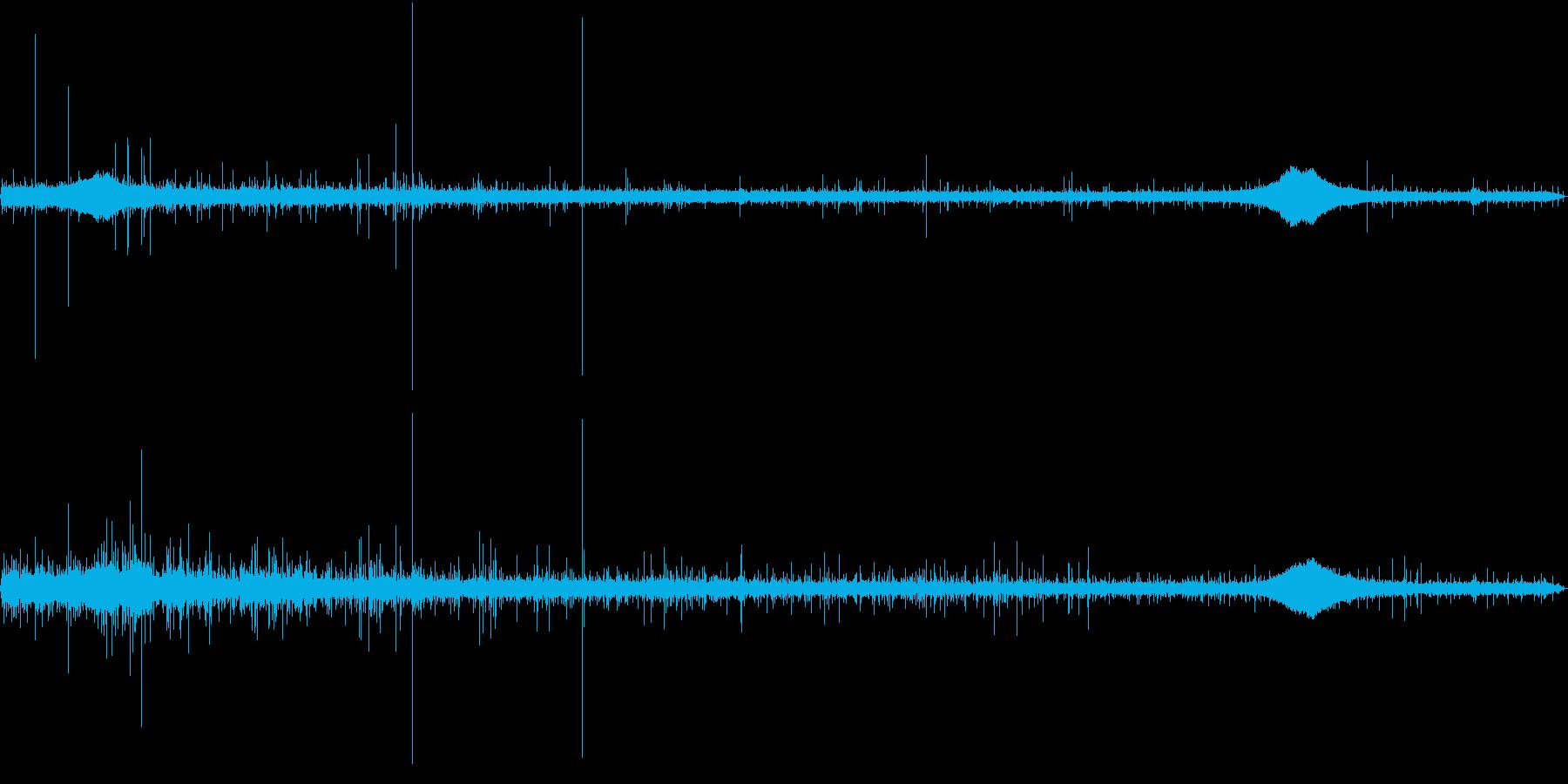 【生録音】軒下で聴く幻想的な雨の音 1の再生済みの波形