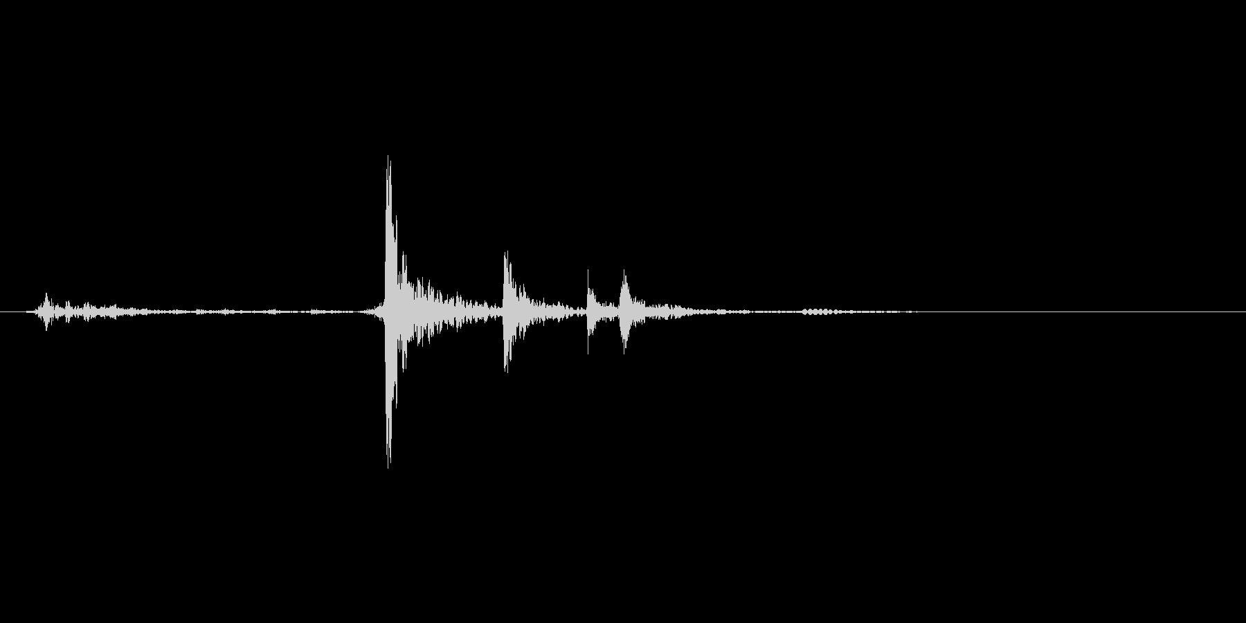 ケースを開ける音。金具。「カチャ」の未再生の波形