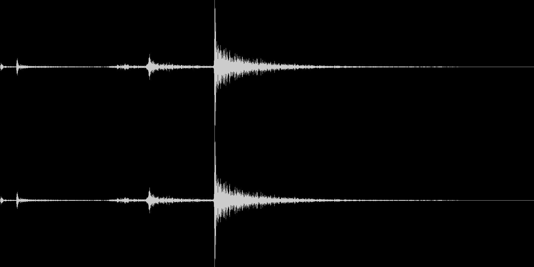 カチャリ(鍵をかける音)の未再生の波形