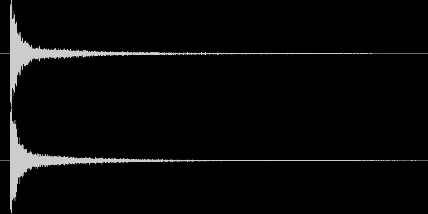 カーンという、余韻が残る衝撃音ですの未再生の波形