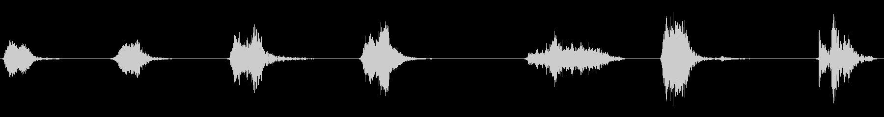 重い板金上のさまざまな短い金属スクラップの未再生の波形
