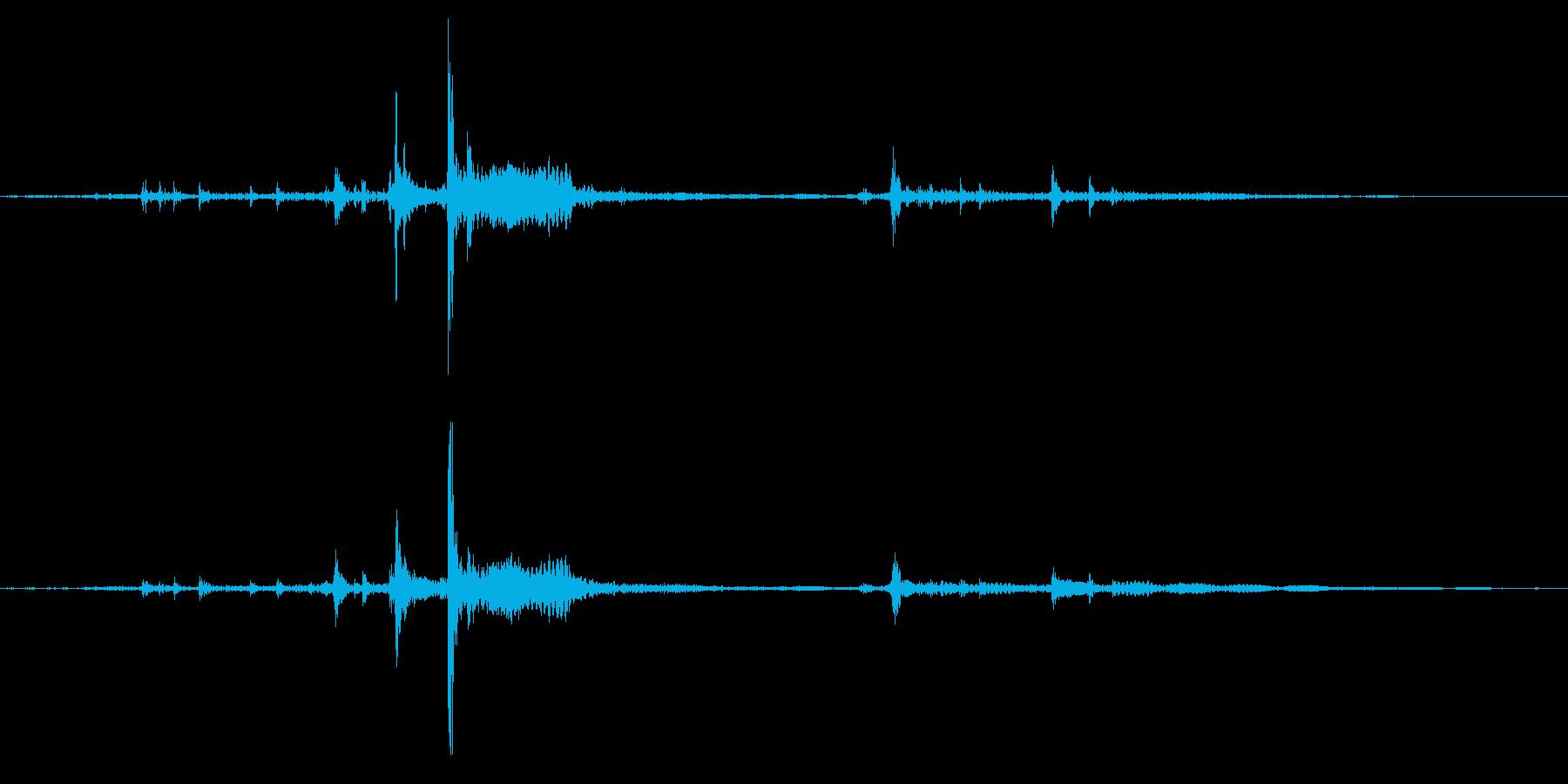 刀の鞘を動かすときの金具が鳴る音の再生済みの波形