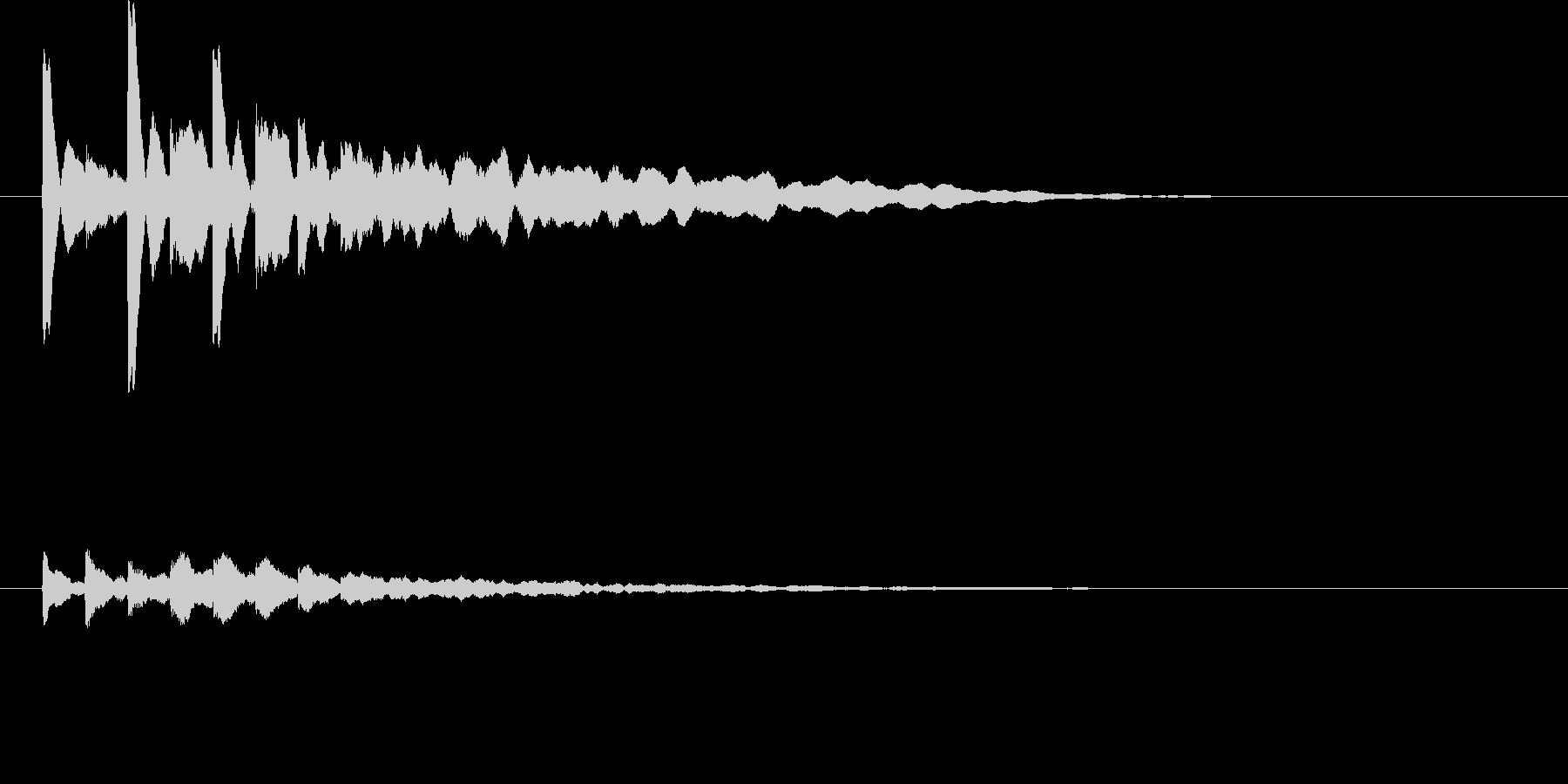 幾重にも輪を描き拡がる波紋の音の未再生の波形