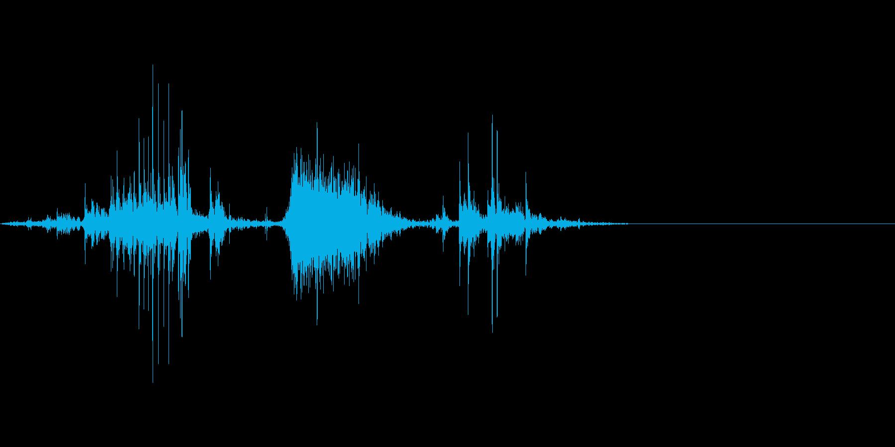 紙をハサミで切る音。ザクッの再生済みの波形