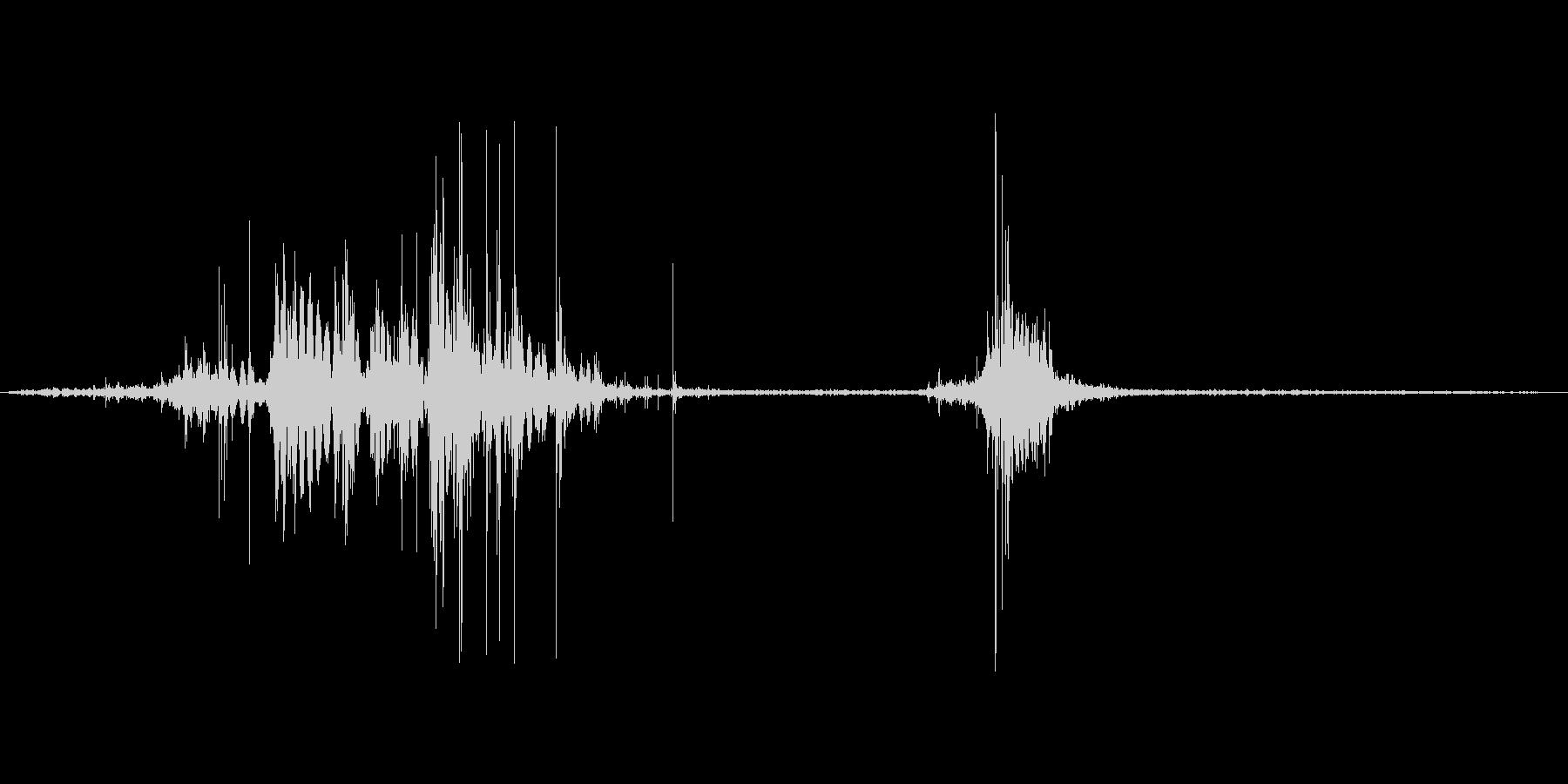 ダンボールをハサミで切る音。ザクッの未再生の波形