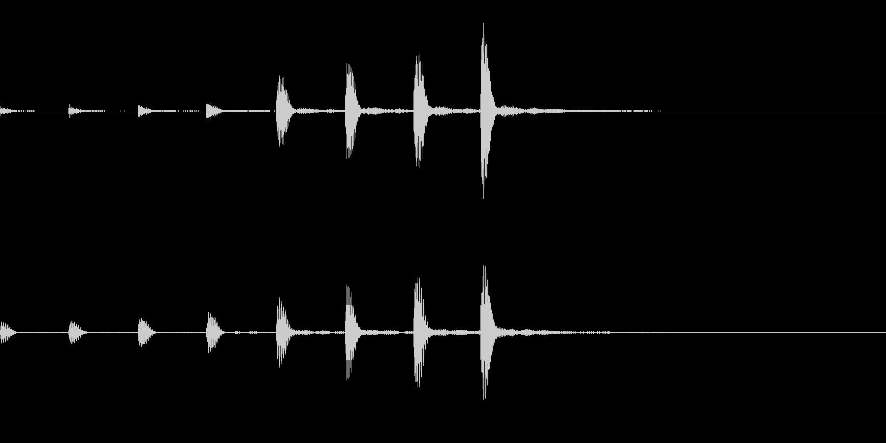 迫りくるようなピアノ音の未再生の波形