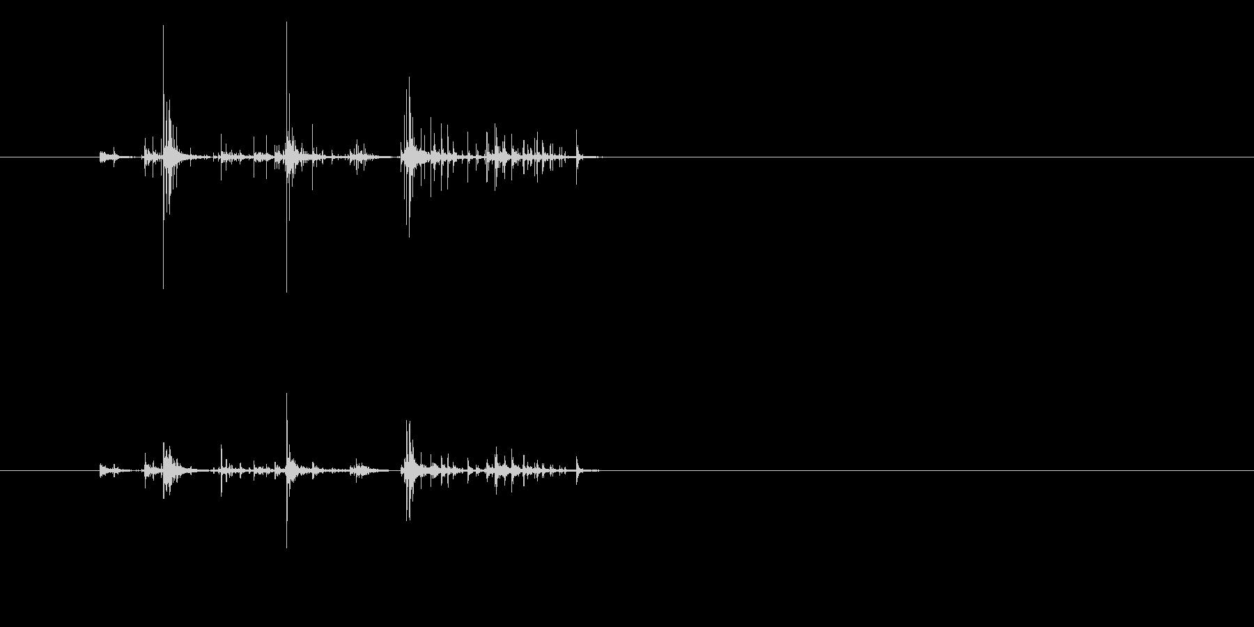 サイコロ複数を手の中でふる音の未再生の波形