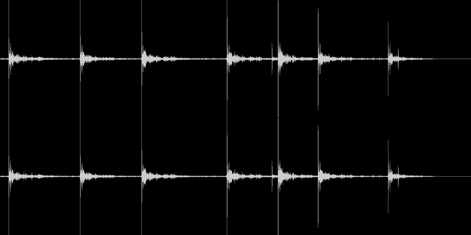 空に響き渡るドーンドーン単発の花火の未再生の波形